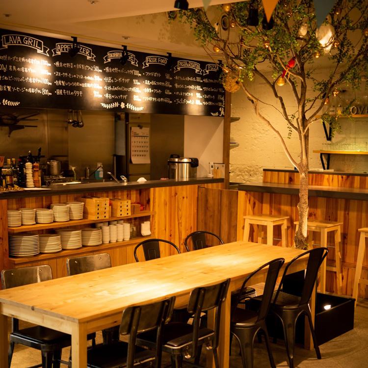 内部照片树和桌子座位